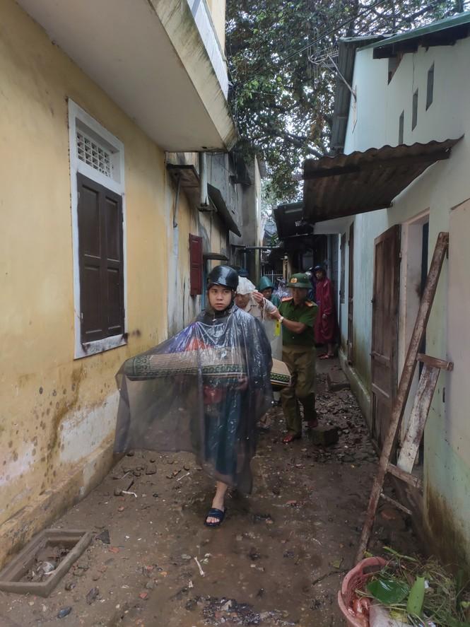 TT-Huế: Công an, quân đội đồng loạt ra quân đưa dân đi tránh bão - ảnh 8