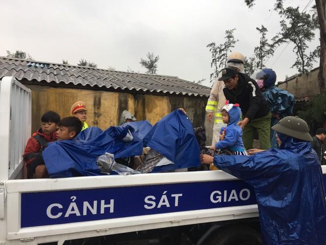 TT-Huế: Công an, quân đội đồng loạt ra quân đưa dân đi tránh bão - ảnh 9