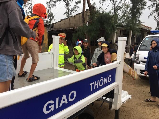 TT-Huế: Công an, quân đội đồng loạt ra quân đưa dân đi tránh bão - ảnh 10