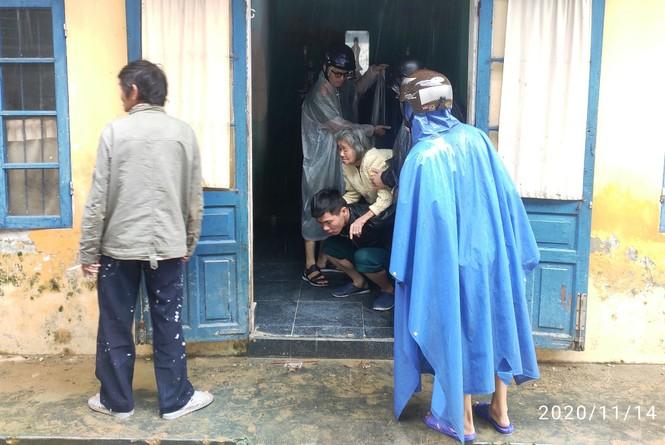 TT-Huế: Công an, quân đội đồng loạt ra quân đưa dân đi tránh bão - ảnh 11