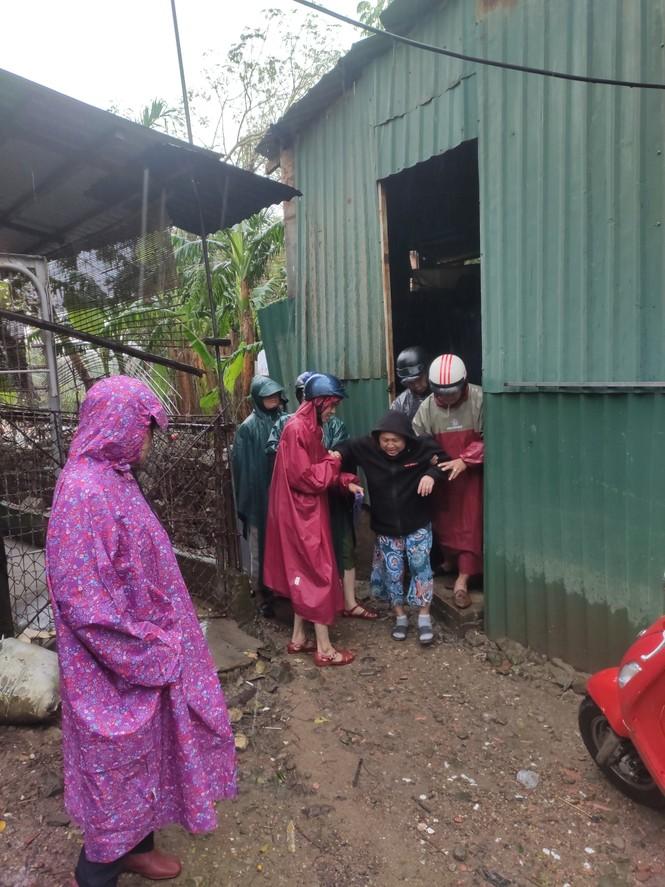 TT-Huế: Công an, quân đội đồng loạt ra quân đưa dân đi tránh bão - ảnh 12