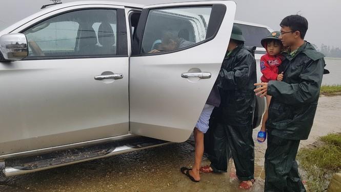 TT-Huế: Công an, quân đội đồng loạt ra quân đưa dân đi tránh bão - ảnh 13