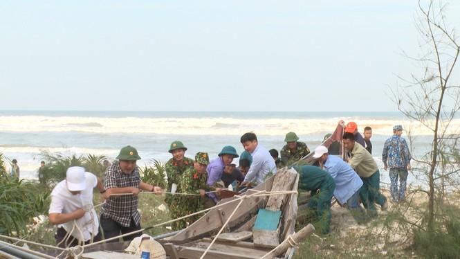 TT-Huế: Công an, quân đội đồng loạt ra quân đưa dân đi tránh bão - ảnh 15