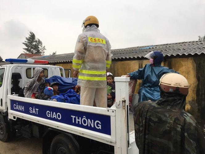 TT-Huế: Công an, quân đội đồng loạt ra quân đưa dân đi tránh bão - ảnh 7
