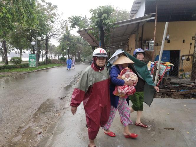 TT-Huế: Công an, quân đội đồng loạt ra quân đưa dân đi tránh bão - ảnh 4
