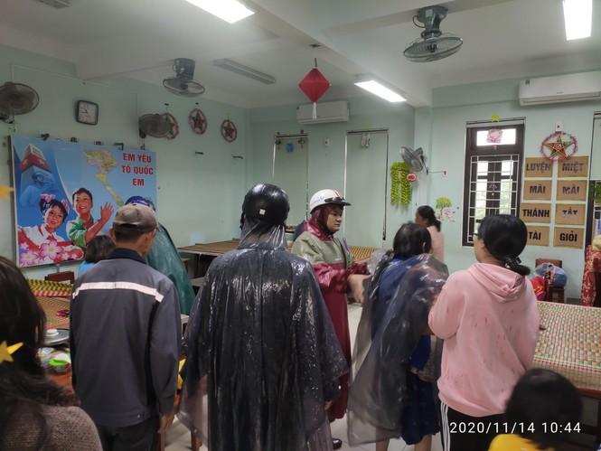 TT-Huế: Công an, quân đội đồng loạt ra quân đưa dân đi tránh bão - ảnh 6