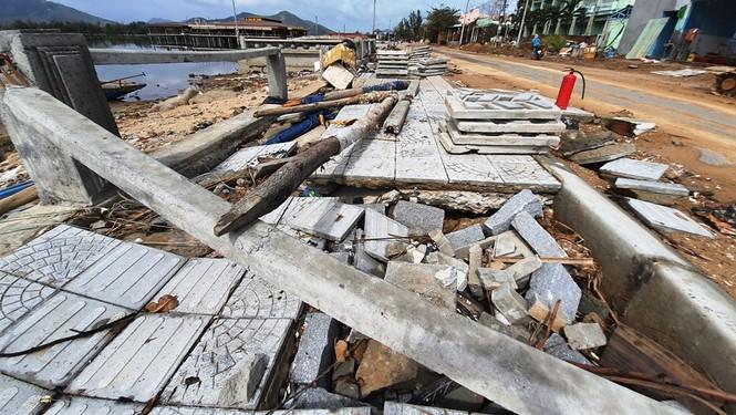 Phố đi bộ hơn 170 tỷ ven đầm ở Lăng Cô tan nát do thủy triều dâng cao? - ảnh 1