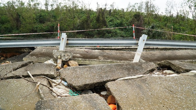 Bão 13 qua lâu, đường du lịch nát như băm tại Lăng Cô bị 'bỏ quên' sửa chữa? - ảnh 9