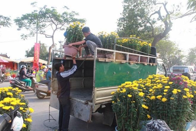 Vì sao Huế bất ngờ cấm họp chợ hoa Tết trên vỉa hè nhiều phố trung tâm? - ảnh 2
