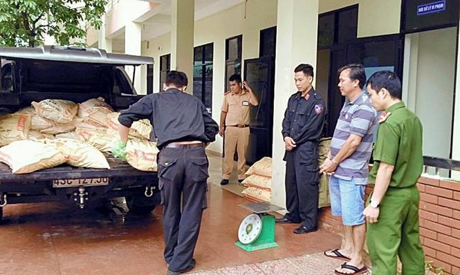Tạm giữ xe tải chở hơn 600kg chất nghi là cyanua - ảnh 1