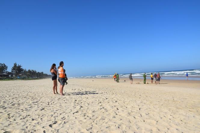 Du khách nước ngoài bị sóng biển cuốn trôi - ảnh 1