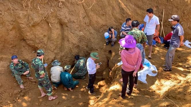 Tìm thấy hố chôn tập thể 17 chiến sỹ đặc công ở sân bay Khâm Đức - ảnh 1