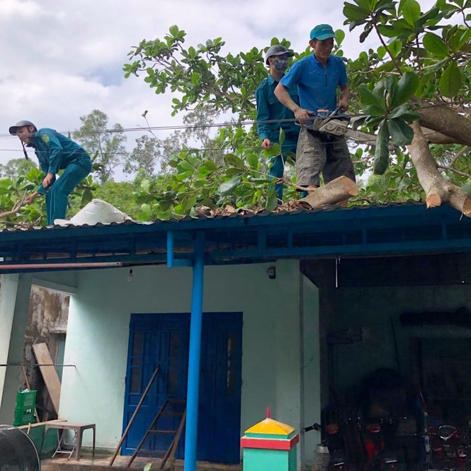 Người dân Quảng Nam hối hả chằng chống nhà cửa, di dời tránh bão số 9 - ảnh 4
