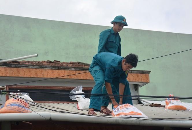 Người dân Quảng Nam hối hả chằng chống nhà cửa, di dời tránh bão số 9 - ảnh 9