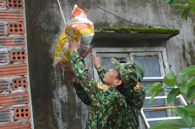 Người dân Quảng Nam hối hả chằng chống nhà cửa, di dời tránh bão số 9 - ảnh 8