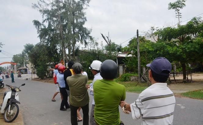 Người dân Quảng Nam hối hả chằng chống nhà cửa, di dời tránh bão số 9 - ảnh 11