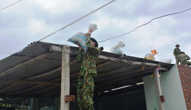 Người dân Quảng Nam hối hả chằng chống nhà cửa, di dời tránh bão số 9 - ảnh 12