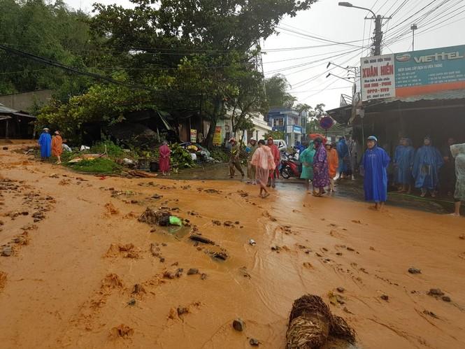 Sạt lở vùi lấp nhiều nhà dân ở Quảng Nam - ảnh 1