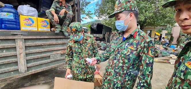 Các chiến sỹ hành quân vào hiện trường cứu nạn vụ sạt lở  - ảnh 9