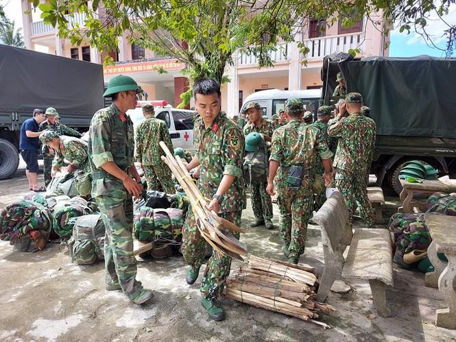 Các chiến sỹ hành quân vào hiện trường cứu nạn vụ sạt lở  - ảnh 1