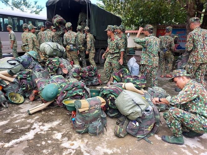 Các chiến sỹ hành quân vào hiện trường cứu nạn vụ sạt lở  - ảnh 7