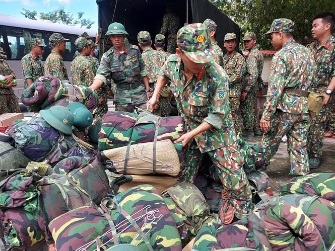 Các chiến sỹ hành quân vào hiện trường cứu nạn vụ sạt lở  - ảnh 8