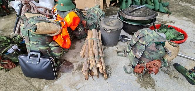 Các chiến sỹ hành quân vào hiện trường cứu nạn vụ sạt lở  - ảnh 5