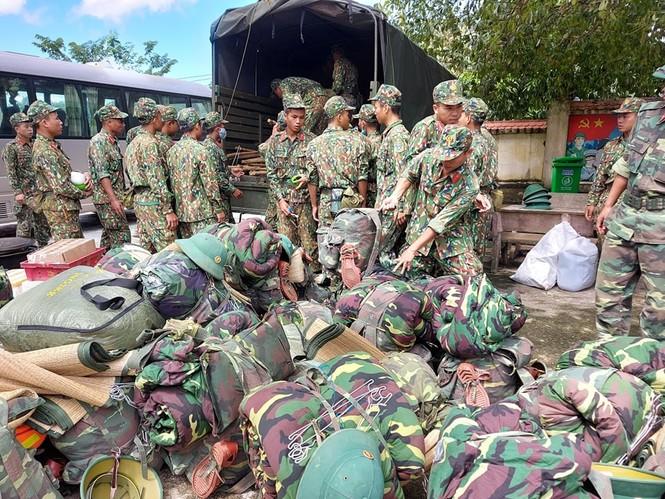 Các chiến sỹ hành quân vào hiện trường cứu nạn vụ sạt lở  - ảnh 6