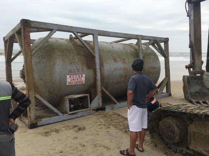 Bồn hóa chất ghi chữ Trung Quốc dạt vào bờ biển - ảnh 2