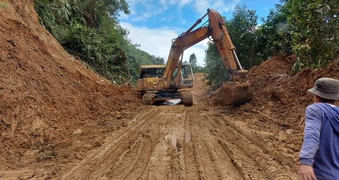 Nhiều tuyến đường ở huyện miền núi Nam Trà My tiếp tục sạt lở - ảnh 1