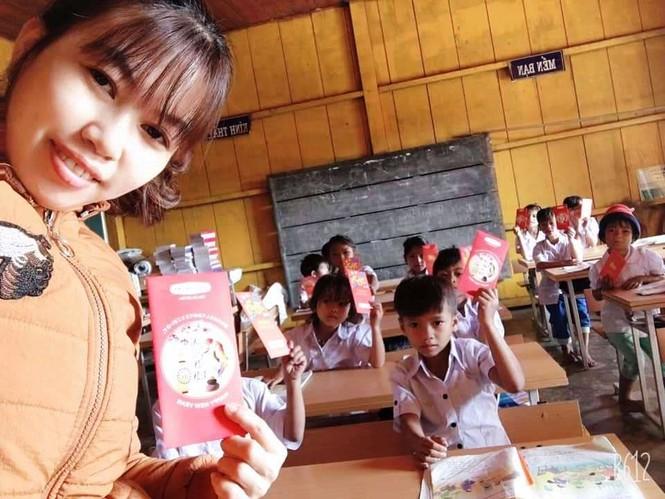 Học sinh Quảng Nam nhận lì xì ngày trở lại lớp - ảnh 1