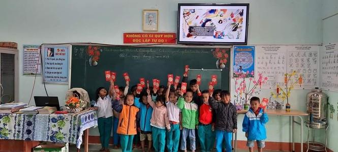 Học sinh Quảng Nam nhận lì xì ngày trở lại lớp - ảnh 2