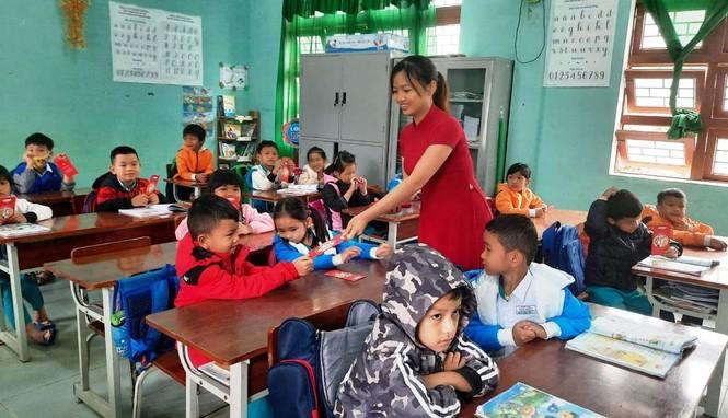 Học sinh Quảng Nam nhận lì xì ngày trở lại lớp - ảnh 3