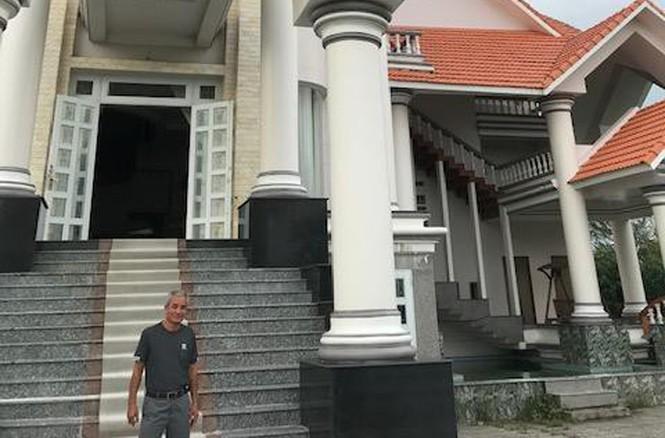 Nhìn gần căn biệt thự nghi bị nã đạn của đại gia Cà Mau - ảnh 3