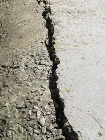 Đường đê biển Tây Cà Mau giãn khe, sụt lún kinh hoàng do khô hạn - ảnh 1