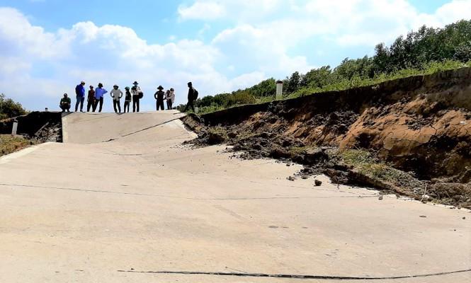 Đường đê biển Tây Cà Mau giãn khe, sụt lún kinh hoàng do khô hạn - ảnh 3