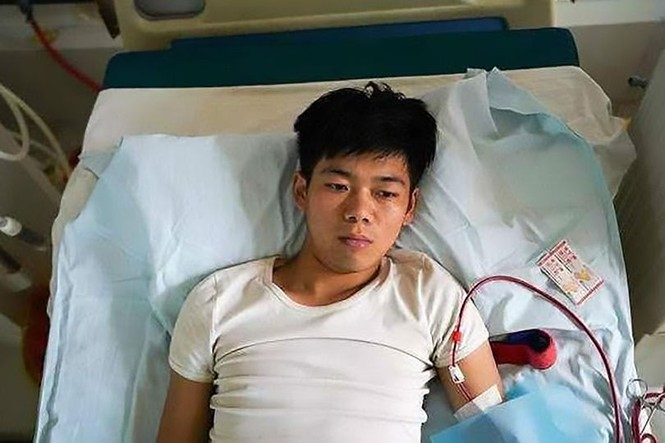Bán thận để mua iPhone và iPad, một chàng trai đã phải nằm liệt giường suốt đời - ảnh 1