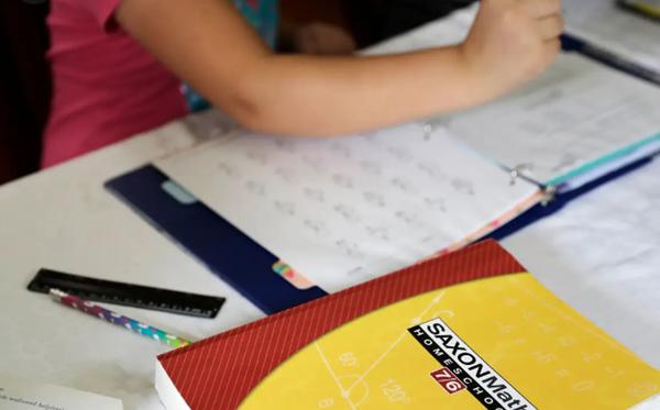 Thầy giáo dạy toán nhiệt tình nhất quả đất: Đến tận nhà học sinh, đứng ngoài cửa giảng bài - ảnh 1