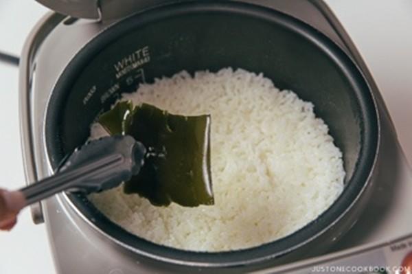 """Nấu cơm không khó, nhưng tớ đã học được 7 """"tuyệt chiêu"""" nấu cơm ngon lạ mà tớ chưa từng biết đến - ảnh 4"""