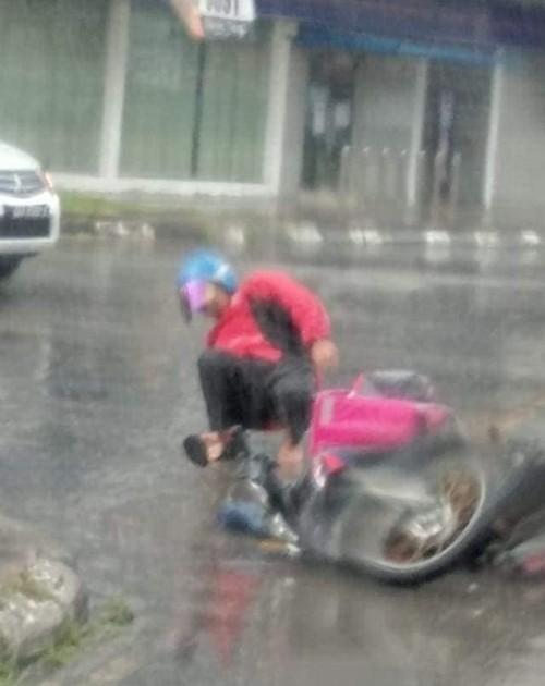 Shipper bị ngã dưới trời mưa, quên cả đau vội kiểm tra thức ăn của khách - ảnh 2