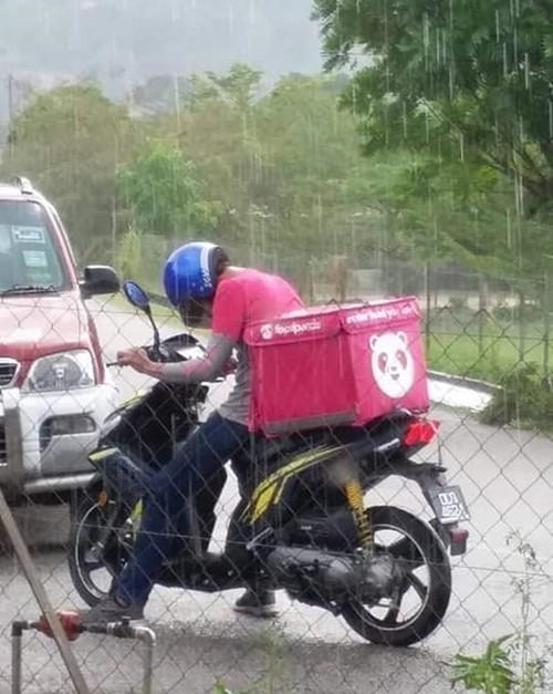 Shipper bị ngã dưới trời mưa, quên cả đau vội kiểm tra thức ăn của khách - ảnh 3