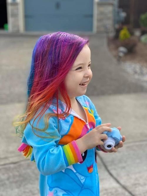 Lý do bất ngờ và xúc động đằng sau mái tóc màu cầu vồng của cô bé xinh đẹp này - ảnh 4