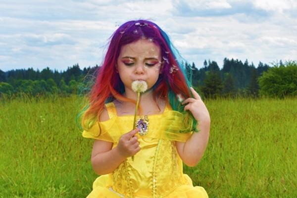 Lý do bất ngờ và xúc động đằng sau mái tóc màu cầu vồng của cô bé xinh đẹp này - ảnh 1