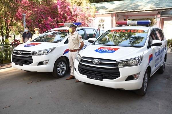 Bức ảnh nghẹn ngào: Người cha già ngắm những ngôi sao trên đồng phục cảnh sát của con gái - ảnh 2