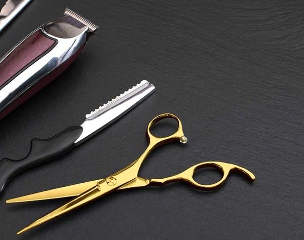 Bác thợ cắt tóc dùng cây kéo (bằng) vàng để chào đón khách hàng khi tiệm mở cửa sau đại dịch - ảnh 2