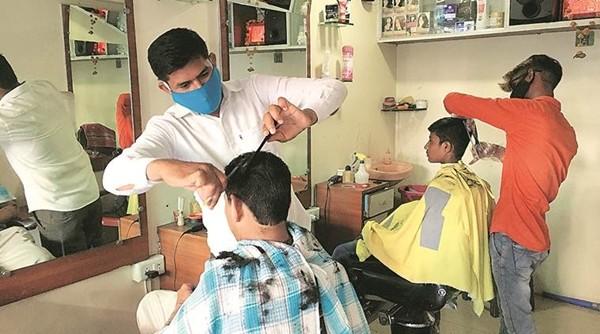 Bác thợ cắt tóc dùng cây kéo (bằng) vàng để chào đón khách hàng khi tiệm mở cửa sau đại dịch - ảnh 3