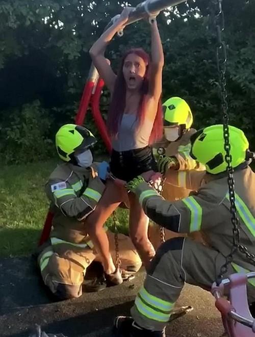 Ham quay video, nữ TikToker 14 tuổi hoảng hồn khi bị kẹt cứng trong xích đu của trẻ con - ảnh 3