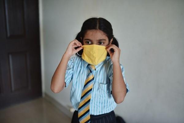 Nhà trường bị chỉ trích vì yêu cầu học sinh đeo khẩu trang hợp màu với đồng phục - ảnh 2