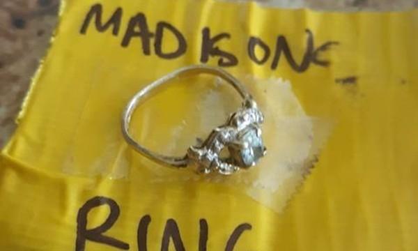 Chiếc nhẫn bị đánh mất bỗng xuất hiện ở nơi bất ngờ nhất, vào thời điểm kỳ lạ nhất - ảnh 3
