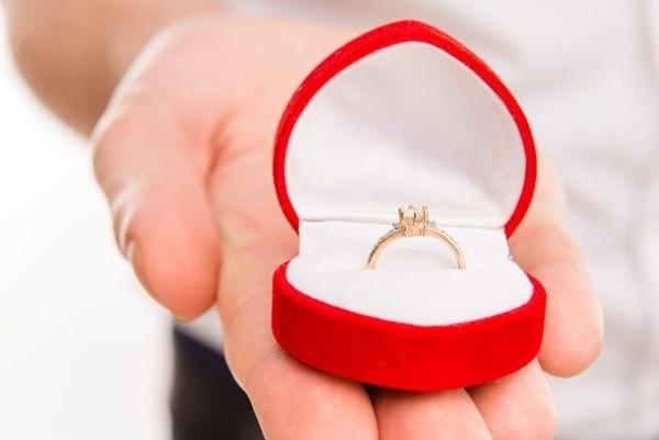 Được bạn trai tặng nhẫn cầu hôn, nhưng cô gái quyết trả lại khi biết nguồn gốc chiếc nhẫn - ảnh 2